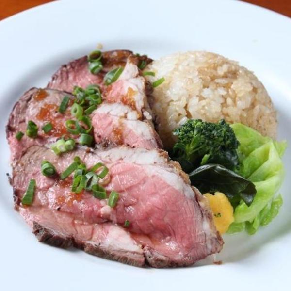 【本日のお肉のロースト w/ガーリックライス】厳選したお肉を絶妙なタイミングで焼き上げ、旨味たっぷりのガーリックライスと一緒に。